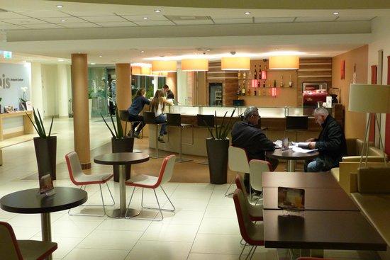 Ibis Budapest Centrum: Ibis bar and lobby area
