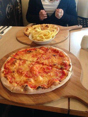 Bar 1 Restaurant: Pizza, Garlic bread & Chips - Yummy