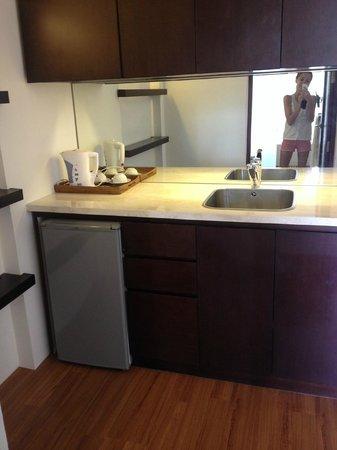 The Wangsa Private Estate: чайник холодильник и раковина