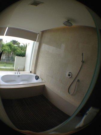 The Wangsa Private Estate: ванная с окном