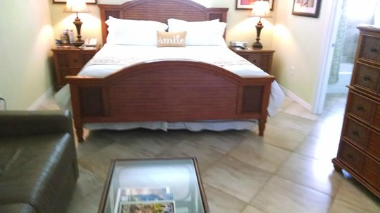 Tropical Beach Resorts: Bed - soft and lucious!