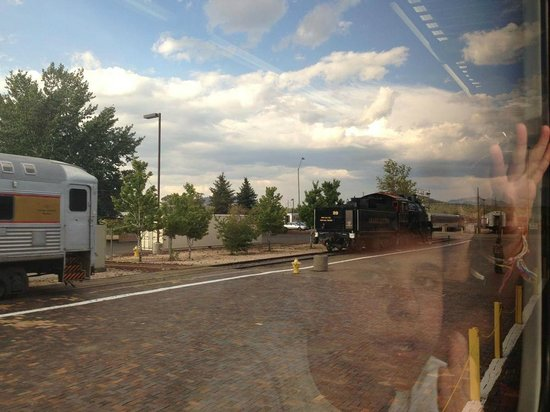 Grand Canyon Railway: Saliendo de la estación hacia Grand Canyon