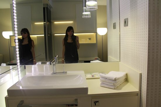 Hotel Grums Barcelona: not really sure about sink in the bedroom. looks interesting