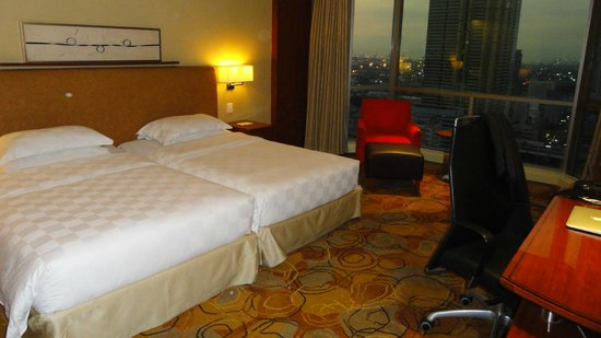 New World Manila Bay Hotel: Beds and window