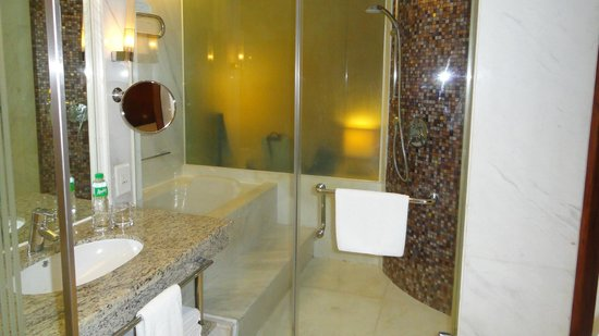 New World Manila Bay Hotel: Bathroom