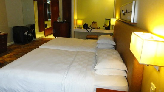New World Manila Bay Hotel: Two double beds