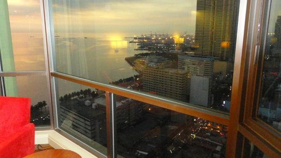 New World Manila Bay Hotel: View to the bay