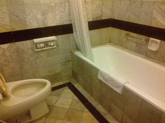 Grand Aquila Hotel Bandung: toilet