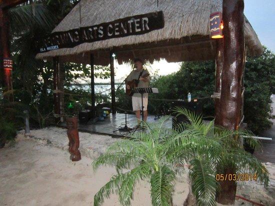 Bahia Tortuga Restaurant - Bar: The entertainer