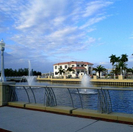 Fort Myers River District: Park With Fountains in Fort Myers Downtown