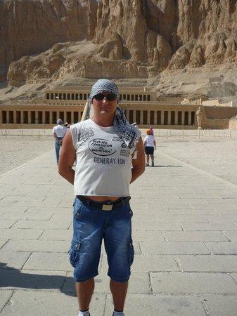 Templo funerario de Hatshepsut en Deir el Bahari: Площадб перед храмом