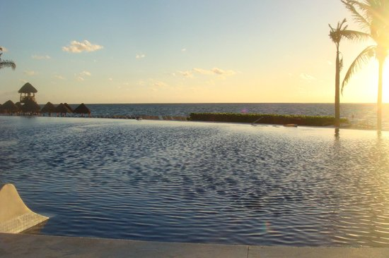 Dreams Riviera Cancun Resort & Spa: infinity pool by night