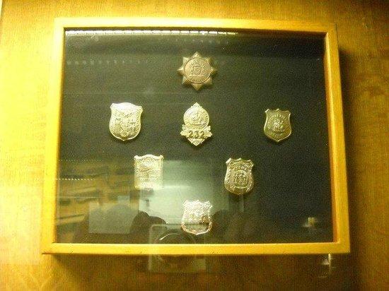 New York City Police Museum: distintivi d'epoca