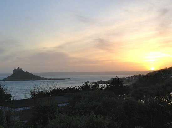 Mount Haven Hotel & Restaurant: Sunset over Mounts Bay