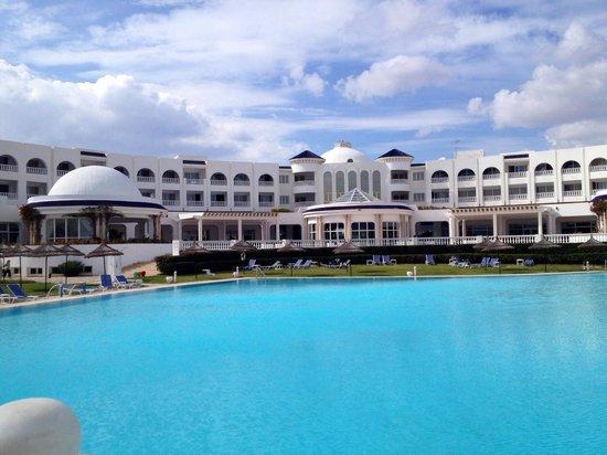 Golden Tulip Taj Sultan Resort : Hôtel vu de la piscine extérieure