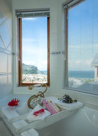Tranquility Guest House: Even the bathroom has a spectacular view