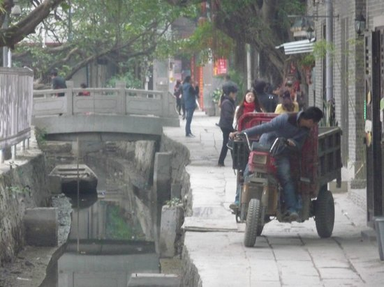 Xiaozhou Village : Construction by the stream