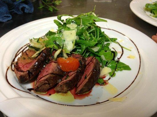 Osteria: Tagliata vom Rinderfilet mit frischem Salat und Parmesanspänen