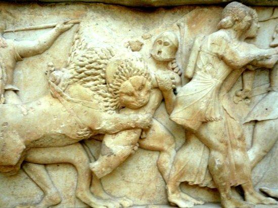 Musée archéologique de Delphes : Particolare del fregio di marmo del tesoro di Siphnos - gigantomachia