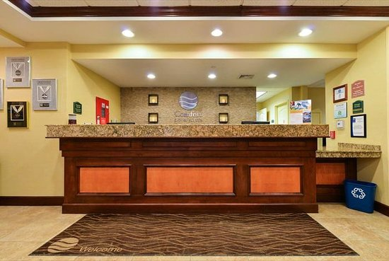 Comfort Inn & Suites : Entrance Front Desk