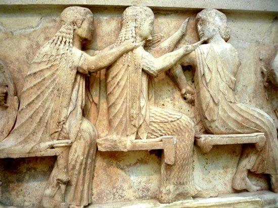 Musée archéologique de Delphes : Fregio del tempio di Sifni (Afrodite, Artemide e Apollo)