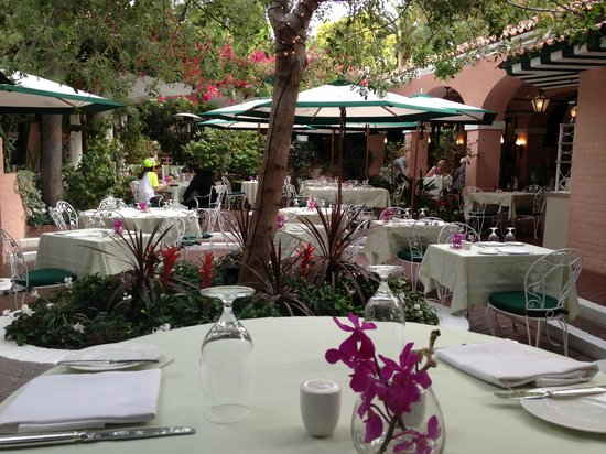 The Beverly Hills Hotel: The outside patio of the Polo Lounge