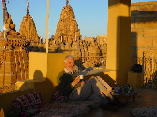 Hotel Suraj Vilas : Relaxing on the roof terrace with view of Jain temple
