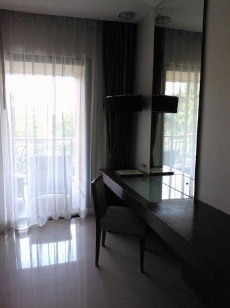 Novotel Phuket Kata Avista Resort and Spa: Mirror/table and entrance to balcony
