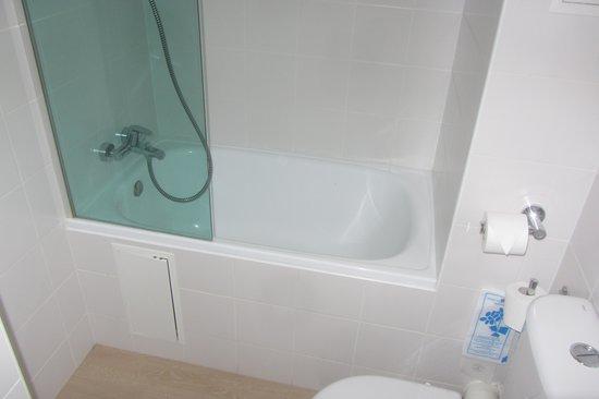 Ibis Styles Paris Maine Montparnasse : Salle de bain avec baignoire