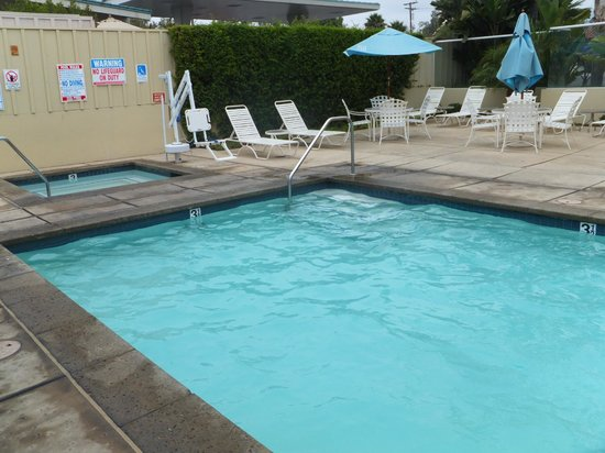 Sandpiper Lodge: Pool and Jacuzzi area