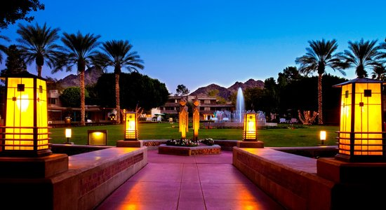 Arizona Biltmore, A Waldorf Astoria Resort: Squaw Peak Lawn at sunset