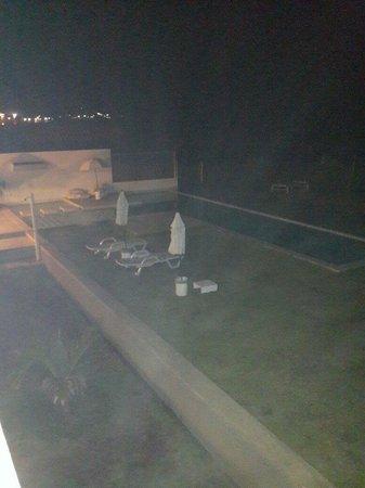 Suites del Mar: La piscina de noche...