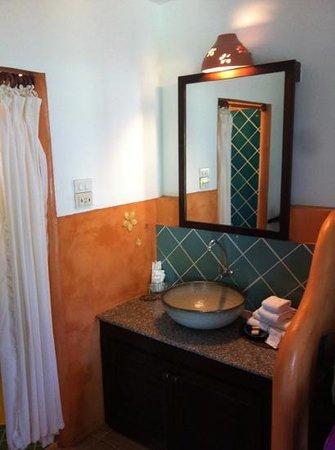 Phi Phi Island Village Beach Resort : coin salle de bain