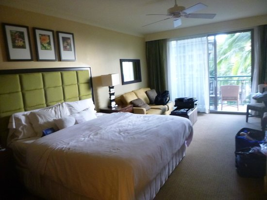 The Westin Kaanapali Ocean Resort Villas: Bed, couch, balcony