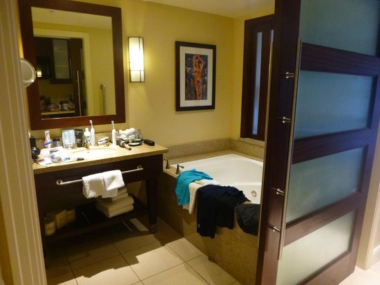 The Westin Kaanapali Ocean Resort Villas: Bathroom with awesome tub (there's a shower to the left but I didn't get it in the photo)