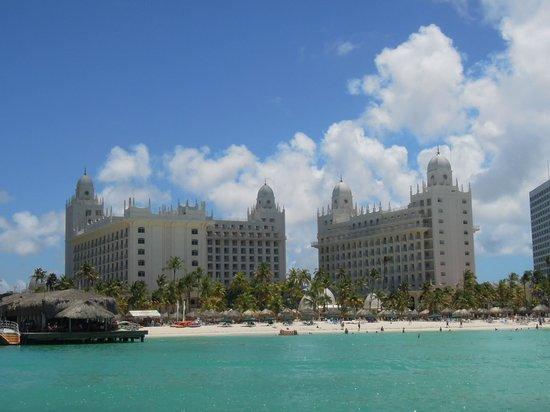 Hotel Riu Palace Aruba : Vista del hotel y playa desde el mar