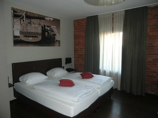 Hotel Volksschule: sehr schönes Zimmer mit naturbelassenem Mauerwerk