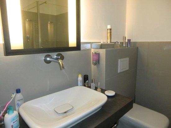 Hotel Volksschule: großes Bad mit hochwertiger Ausstattung