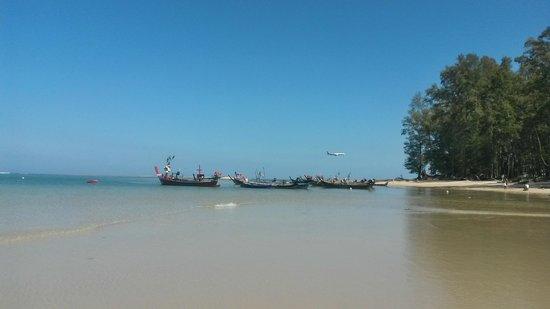 Nai Yang Beach: Лодки и самолет