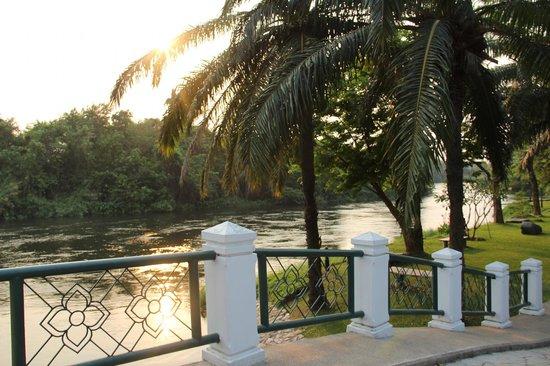Pung-Waan Resort & Spa Kwai Yai : vue sur la rivière kwai depuis la piscine