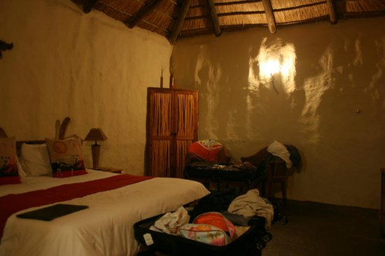 Chrislin African Lodge: The room at night