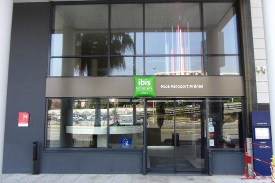 Ibis Styles Nice Airport Arenas: L'entrée de l'hôtel