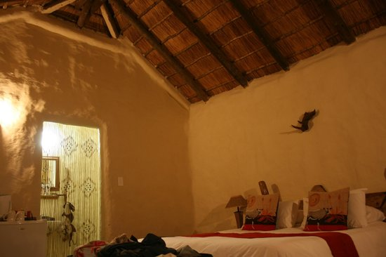 Chrislin African Lodge: The room at night with view to the bathroom