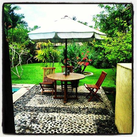 Villa Tepi Kali : Piscina-Area Desayuno