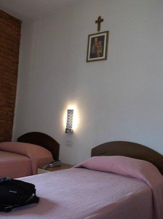 Hotel Alma Domus : Room w/ Twin Beds w/ View of Siena