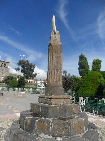 O relógio do sol na Plaza das Armas em Chucuito