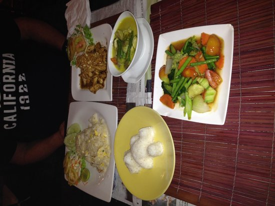 Bai Toey: Green curry and chicken with garlic and pepper