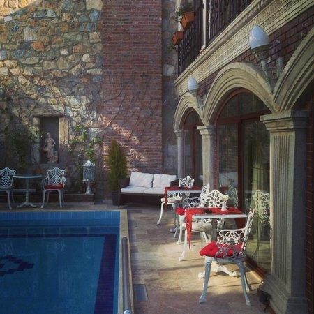 Saint John Hotel: Red details