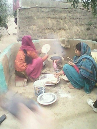 Agra, India: Village women cooking their meals!