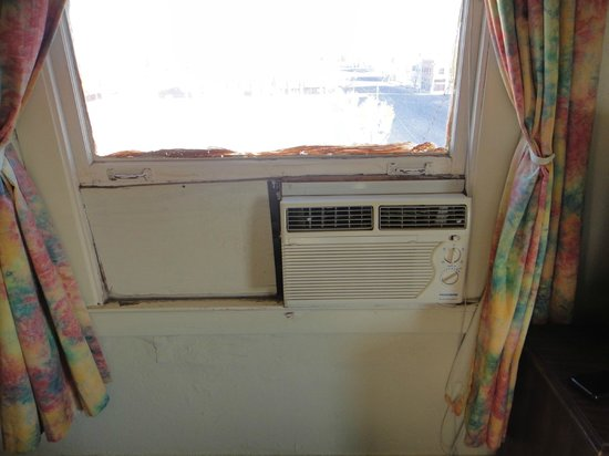 Gadsden Hotel: Air Conditioner with a wood board painted and cocked. Blinds broken too.